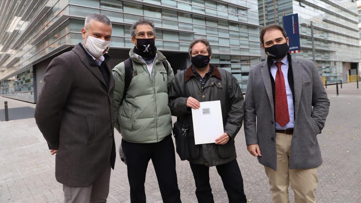 Els impulsorts de la denuncia de quatre entitats per possible delicte d odi per exhibir simbologia nazi a un acte de Vox en presentar la demanda  el 8 de desembre de 2020  (Horitzontal) Albert Salame - imatge cedida per Fundacio Reeixida ACN