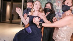 Pilar Palomero, eufórica tras la conquista de uno de los premios Goya de su película 'Las niñas', el sábado pasado.
