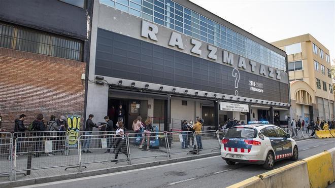 Cola en el exterior de Razzmatazz para entrar a la sala y someterse a test de antígenos, a las 10.30 de la mañana