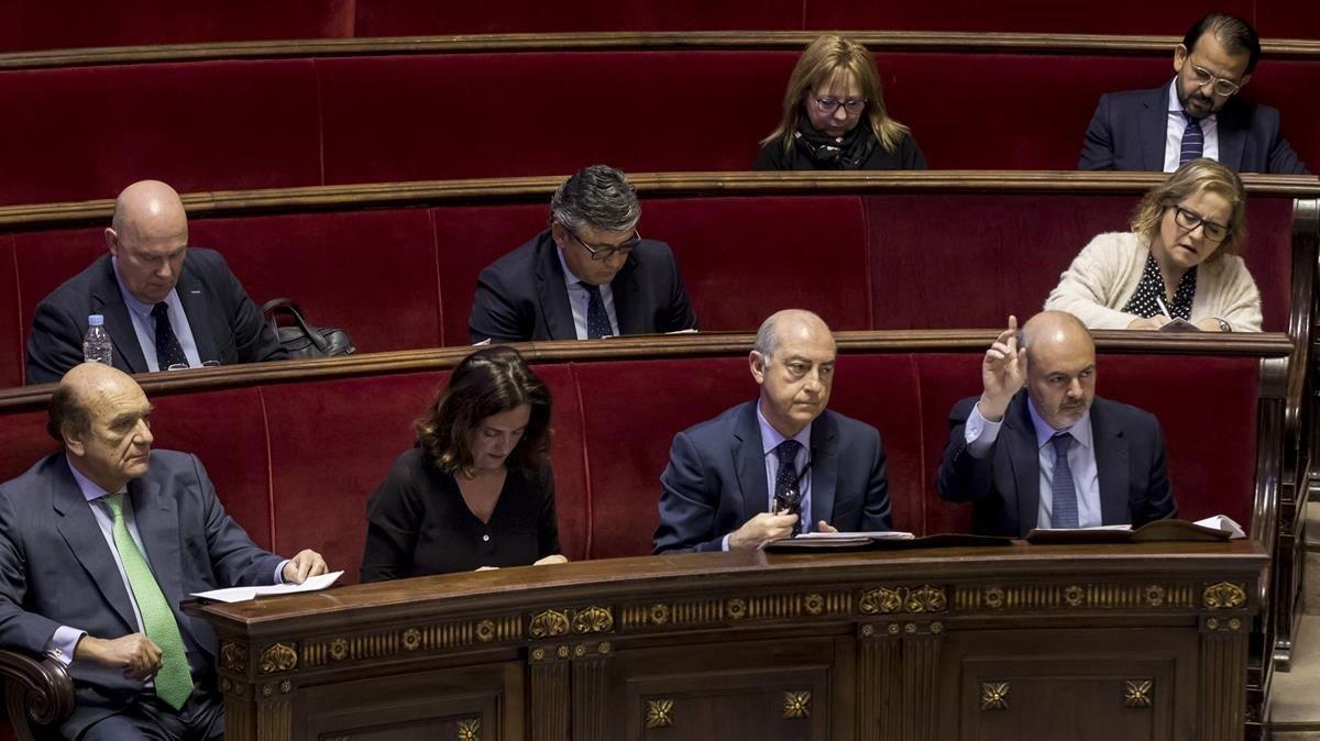Eusebio Monzó, portavoz del PP en al Ayuntamiento de València,levanta el dedo en su primer pleno tras ser citado como investigado
