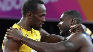 Gatlin consuela a Bolt tras ganarle en la final de los 100 metros del sábado en Londres.