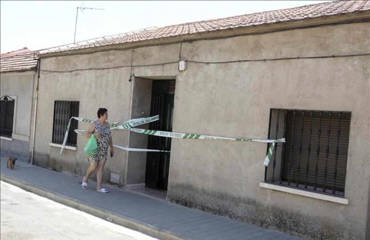 La fachada de la vivienda de Argamasilla de Calatrava donde se produjo el enfrentamiento entre uno de los clanes gitanos y la Guardia Civil.