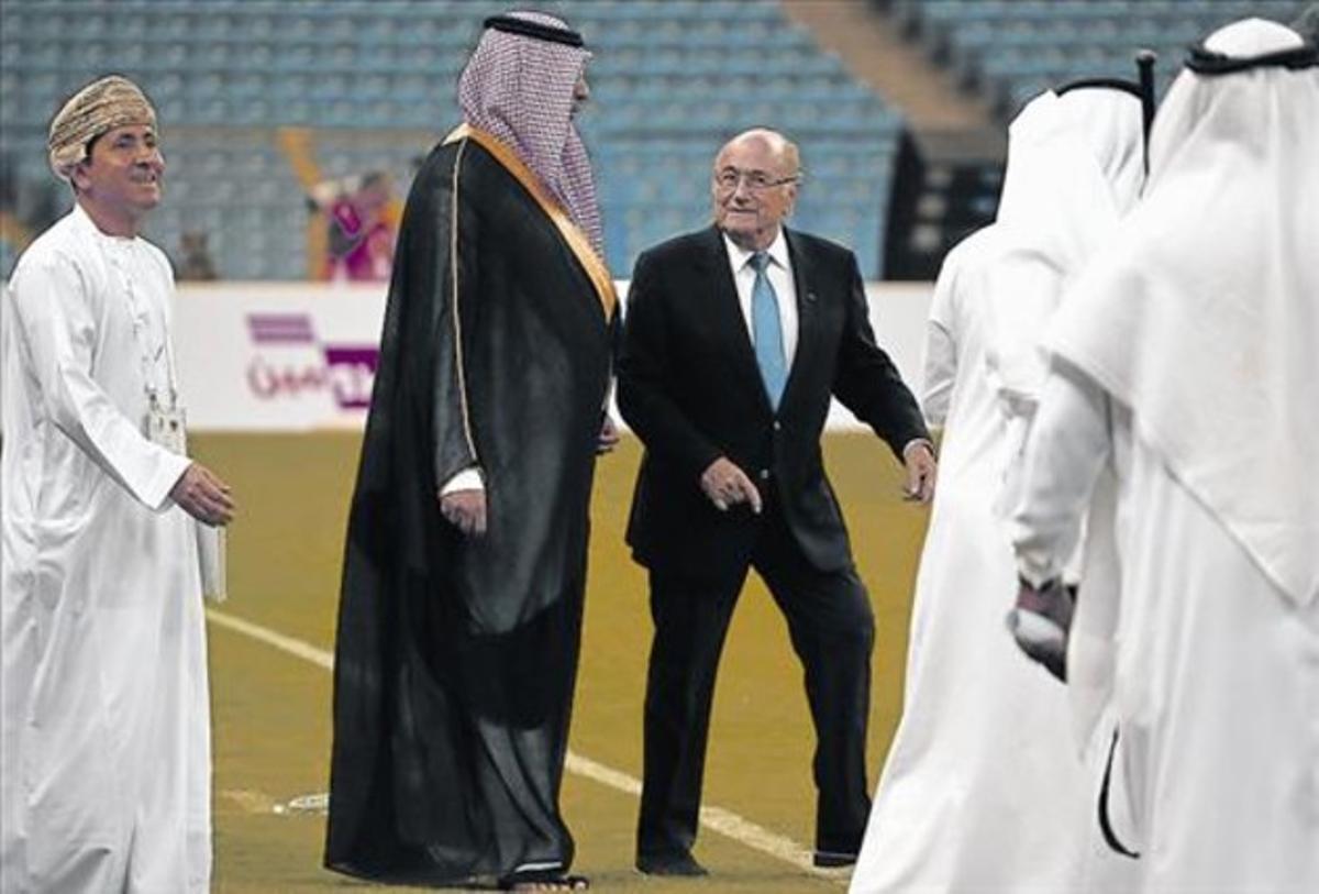 Joseph Blatter, ayer, antes del partido inaugural de la Copa del Golfo en el estadio Rey Fahd en Riad.