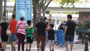 Francisco acabado de vacunar con su familia en el centro de vacunación de la Plaza España de Barcelona