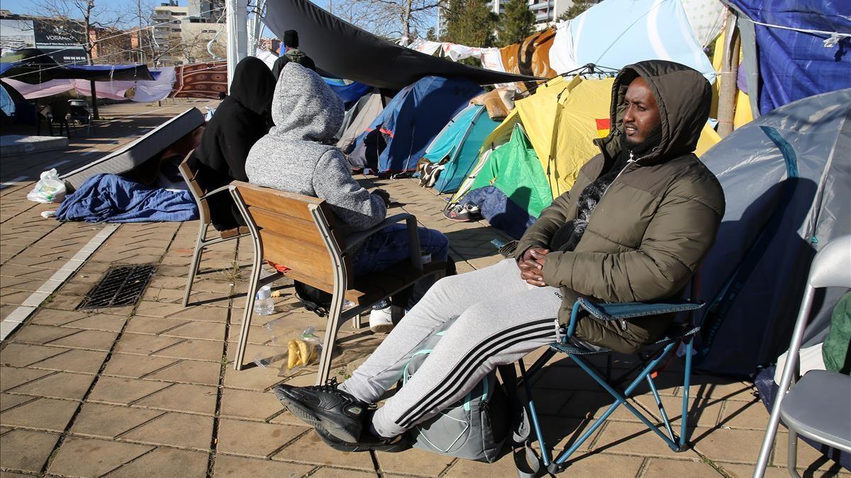 Tensa espera en el campamento de migrantes situado en plena calle, en Badalona