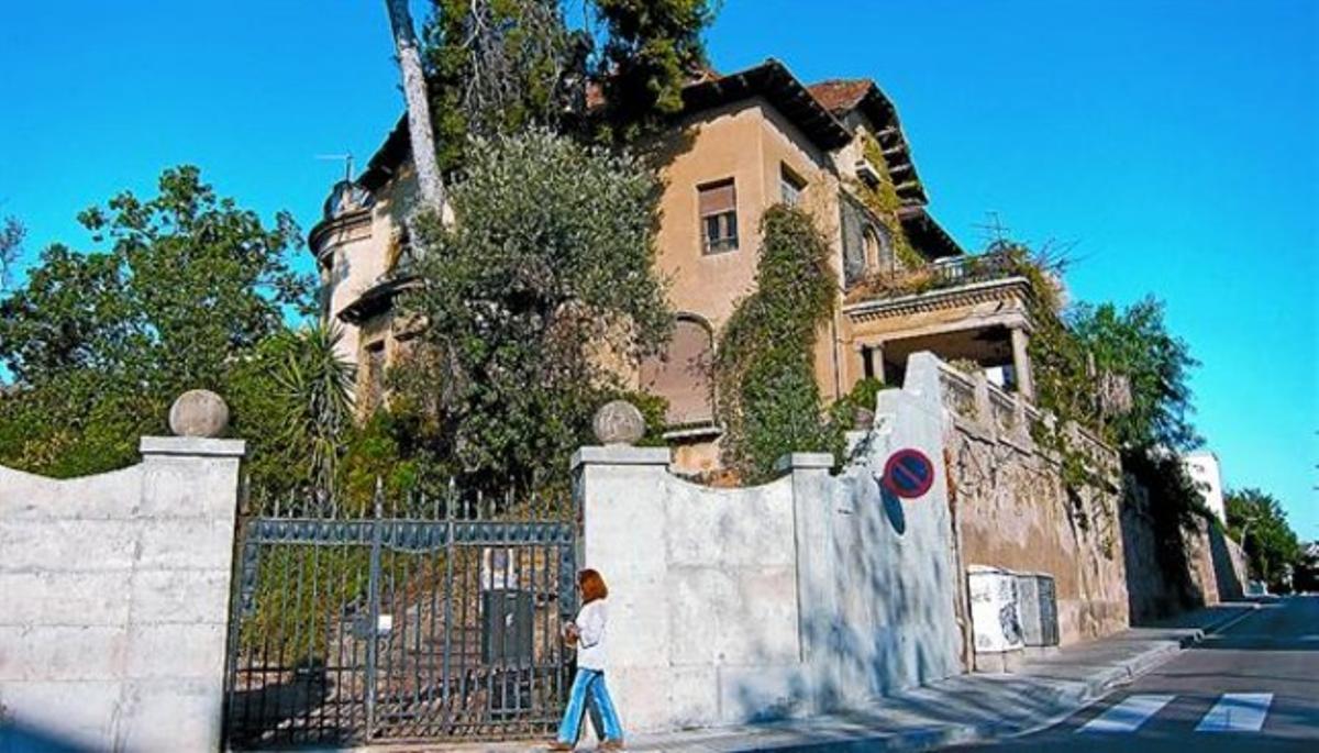 La mansión, abandonada, que Enric Sagnier construyó para Enric Cera en Sant Gervasi, ayer.