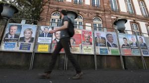 Una paredde Estrasburgo con carteles electorales de los 11 candidatos a la presidencia de Francia.