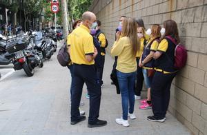 Trabajoders de Correos de Sabadell durante la mediación entre los representantes de los empleados y la empresa