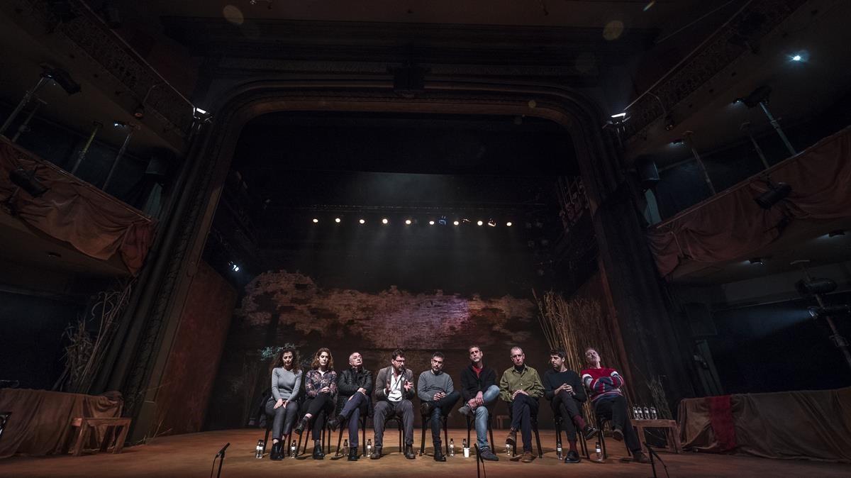 El equipo de 'Èdip', en el escenario del Teatre Romea, durante la presentación del montaje.