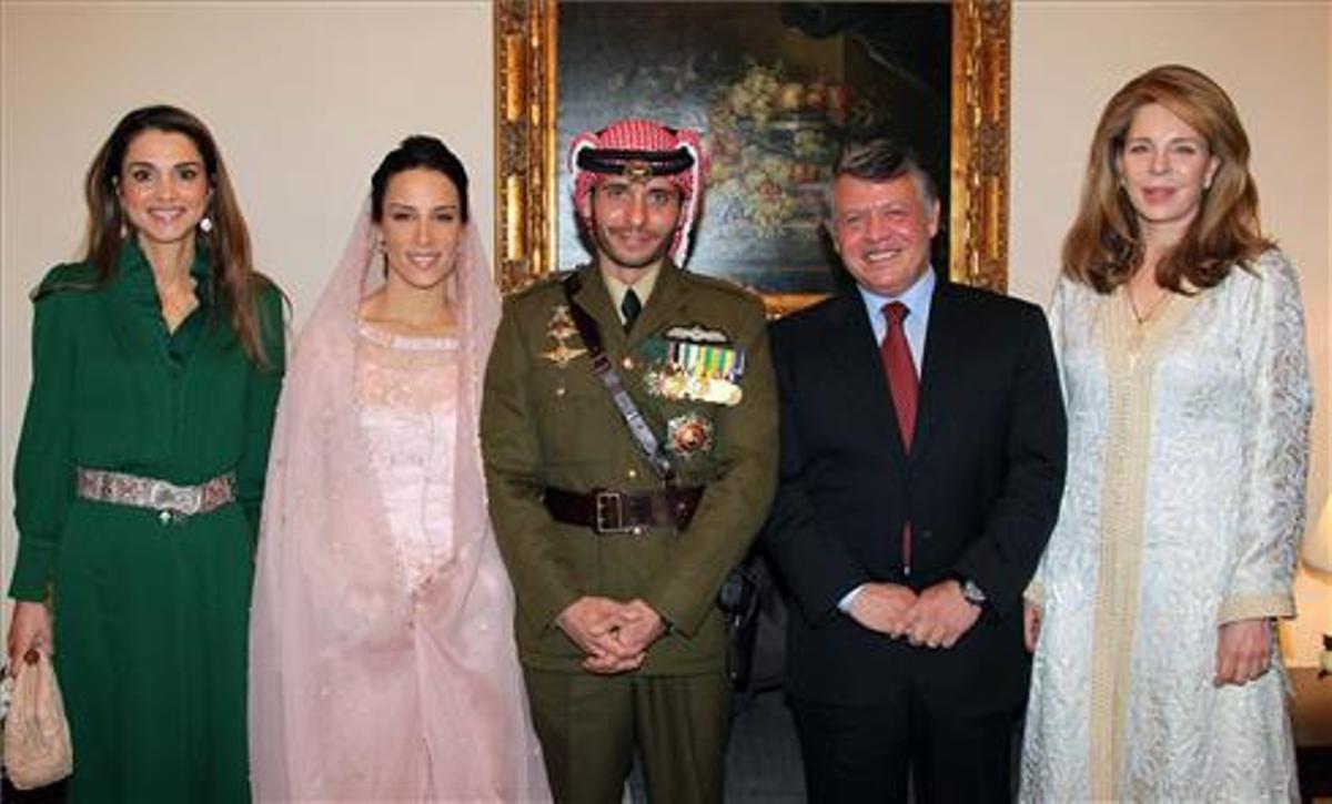 Hamza (en el centro), junto a su hermanastro Abdalá, su madre, Noor (derecha); su esposa, Basma, y su cuñada Rania, en 2012.