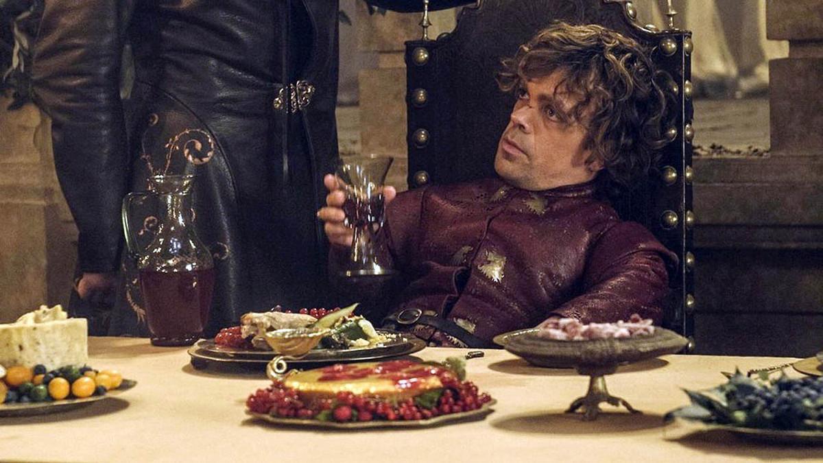 Tyrion Lannister, en plena pitanza durante una escena de 'Juego de tronos'.