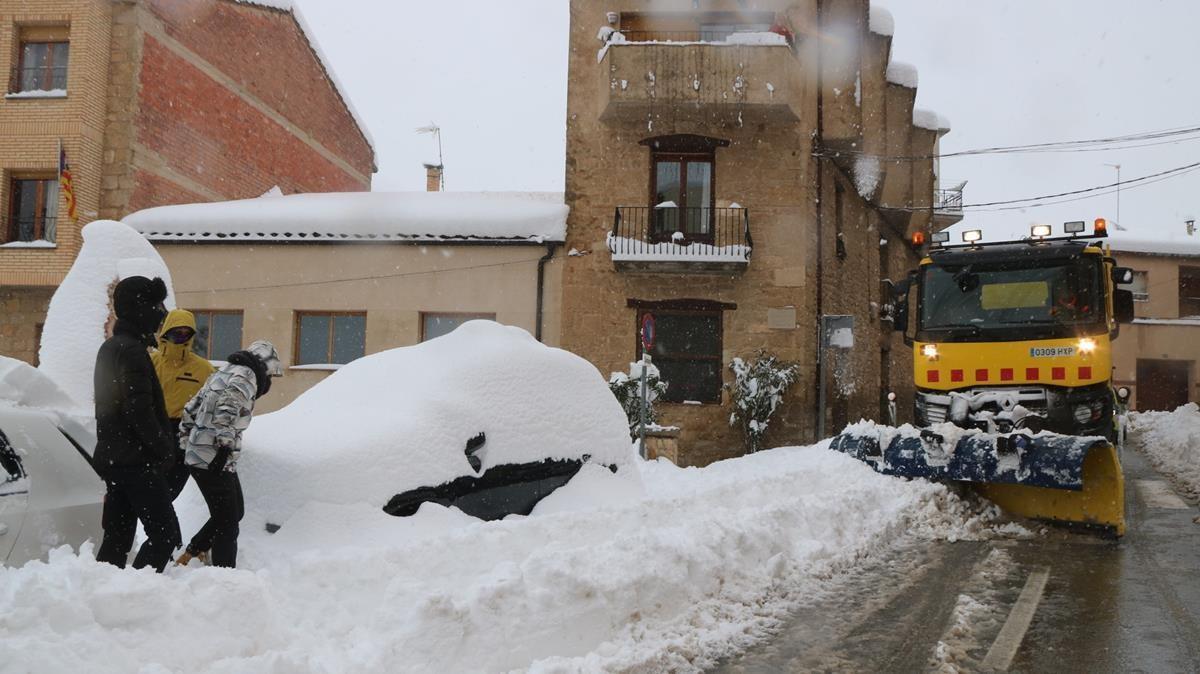 Una maquina quitanieves despeja las calles de Horta de Sant Joan, el sábado.
