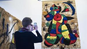 Un visitante frente al 'Tapiz de la Fundació', en la Fundació Joan Miró.