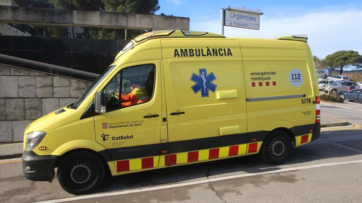 Una ambulancia atiende una emergencia.