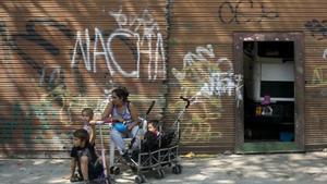 Una mujer, junto a sus hijos, en la calle de Barcelona