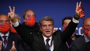 Laporta, ufano, celebrando su victoria electoral.