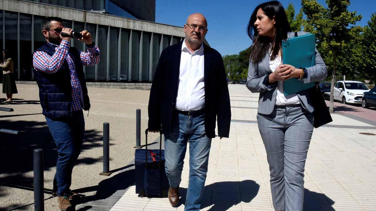Los detenidos por el amaño de partidos de fútbol declaran en el juzgado de Huesca.En la foto, el jefe de los servicios médicos delHuesca, Juan Carlos Galindo, después quedar en libertad con cargos.