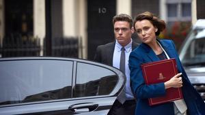 Richard Madden y Keeley Hawes, en la serie de la BBC 'Bodyguard'.
