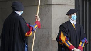 Dos miembros de la guardia suiza con mascarilla, este lunes en el Vaticano.