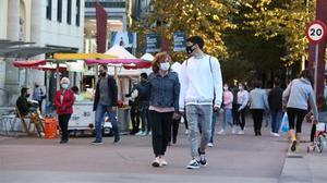 Gente con mascarilla pasea por las calles de Sabadell.