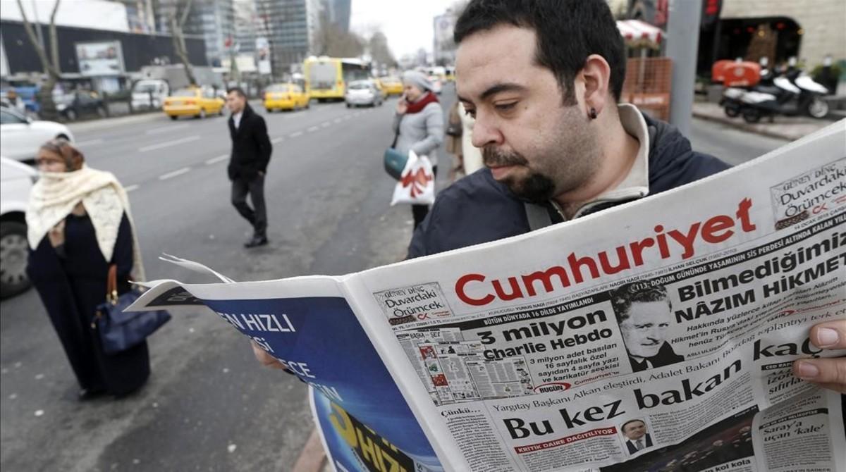 Un hombre lee un ejemplar del 'Cumhuriyet', el único diario turco que publicó un suplemento sobre 'Charlie Hebdo', en Estambul, el 14 de enero del 2015.