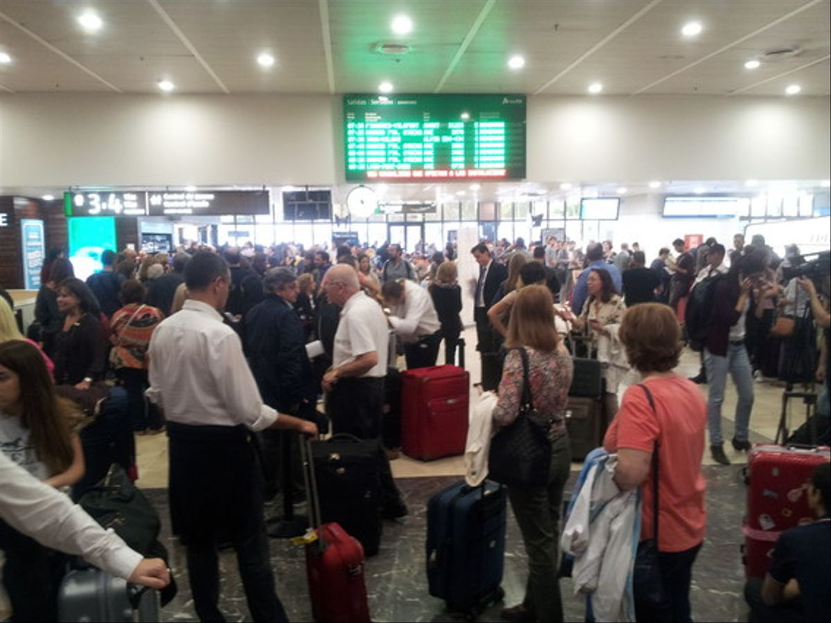 El vestíbulo de la estación de Sants de Barcelona, llena de pasajeros a causa de la incidencia que afecta a la circulación del AVE.