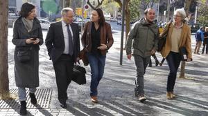 Simona Levy, Itziar González y David Fernàndez, acompañana a Joan AntoniLlinares a declarar como testigo en el juicio del 'caso Palau'.