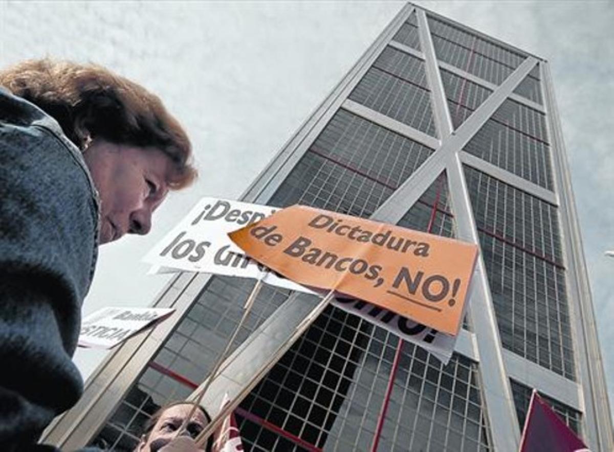 Protesta de empleados de banca por los despidos en el sector.