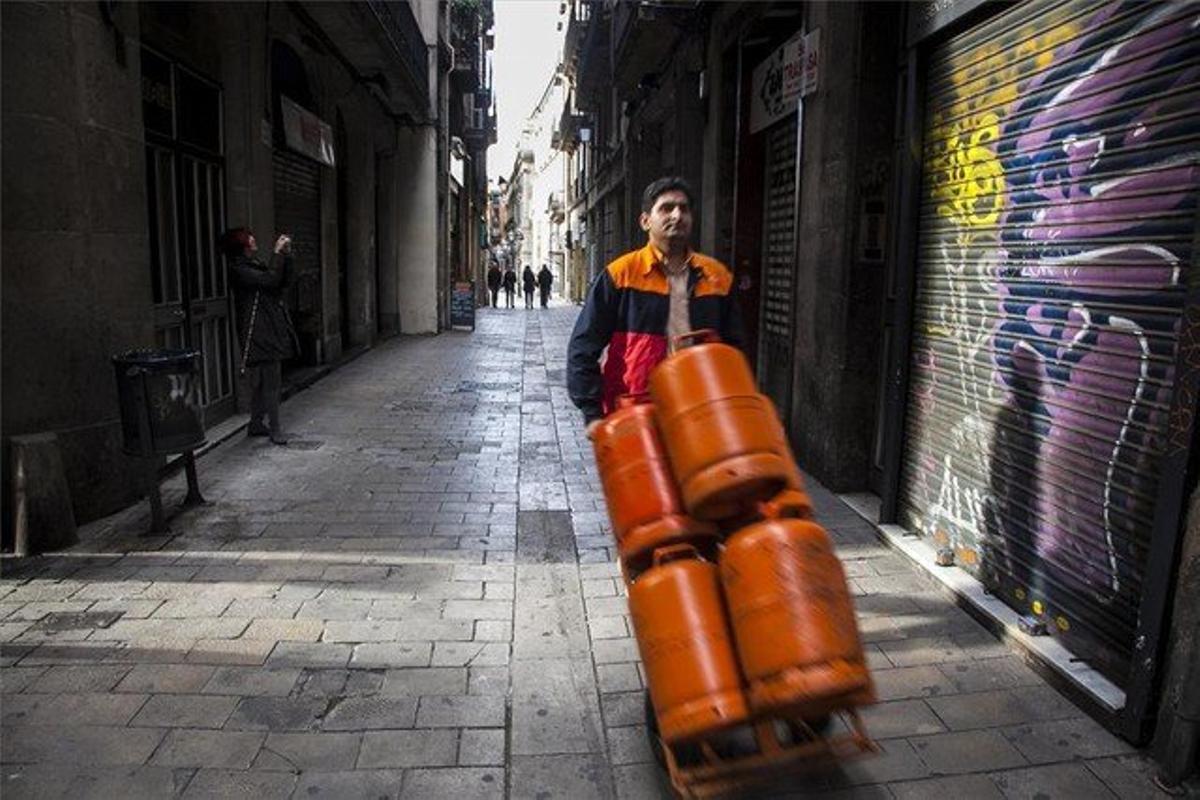 Repartidor de butano, en una calle del Barri Gòtic de Barcelona.