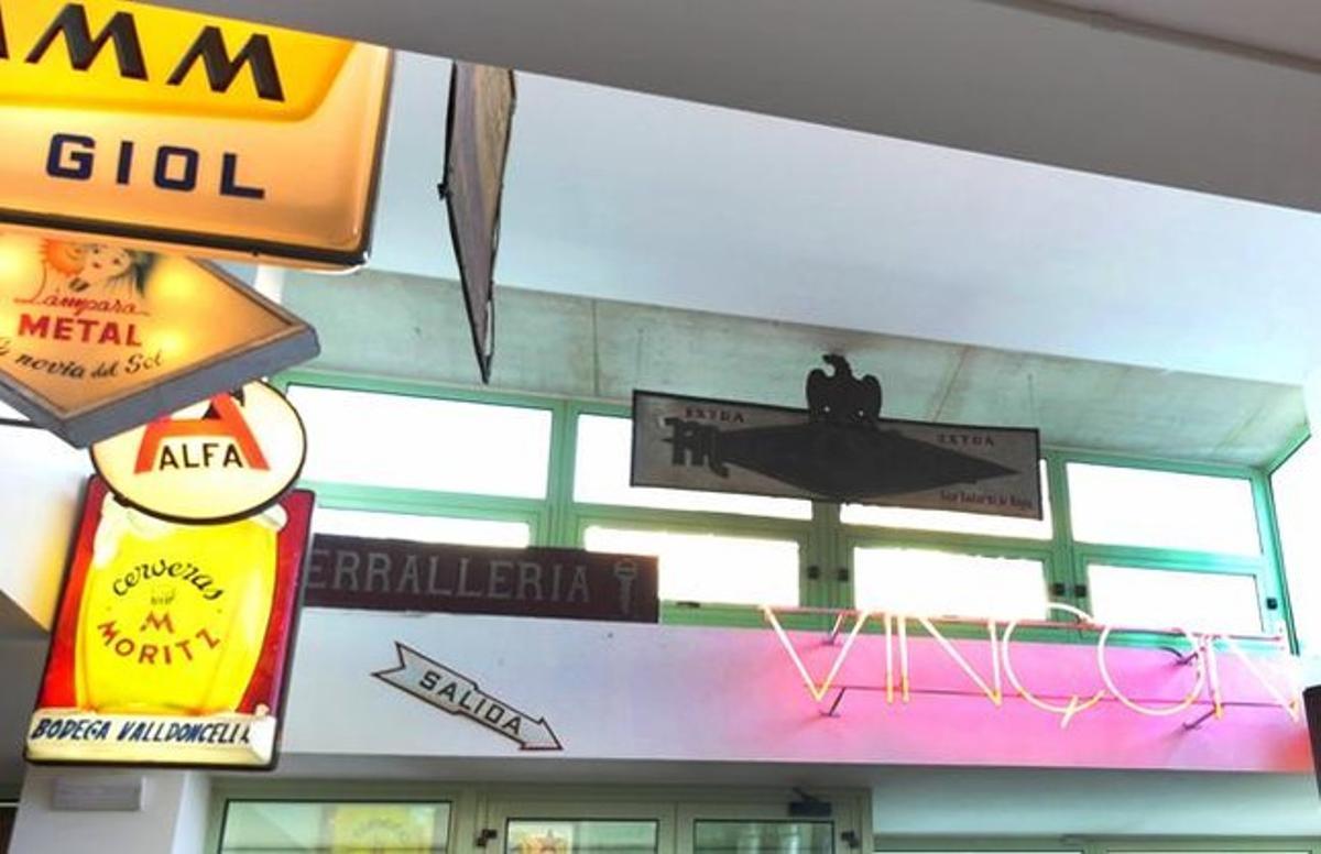 El rótulo de neón de Vinçon, entre otros letreros, en la navede Marc Martí en el Poblenou.