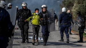 Detención de un inmigrante tras unos enfrentamientos en Lesbos.