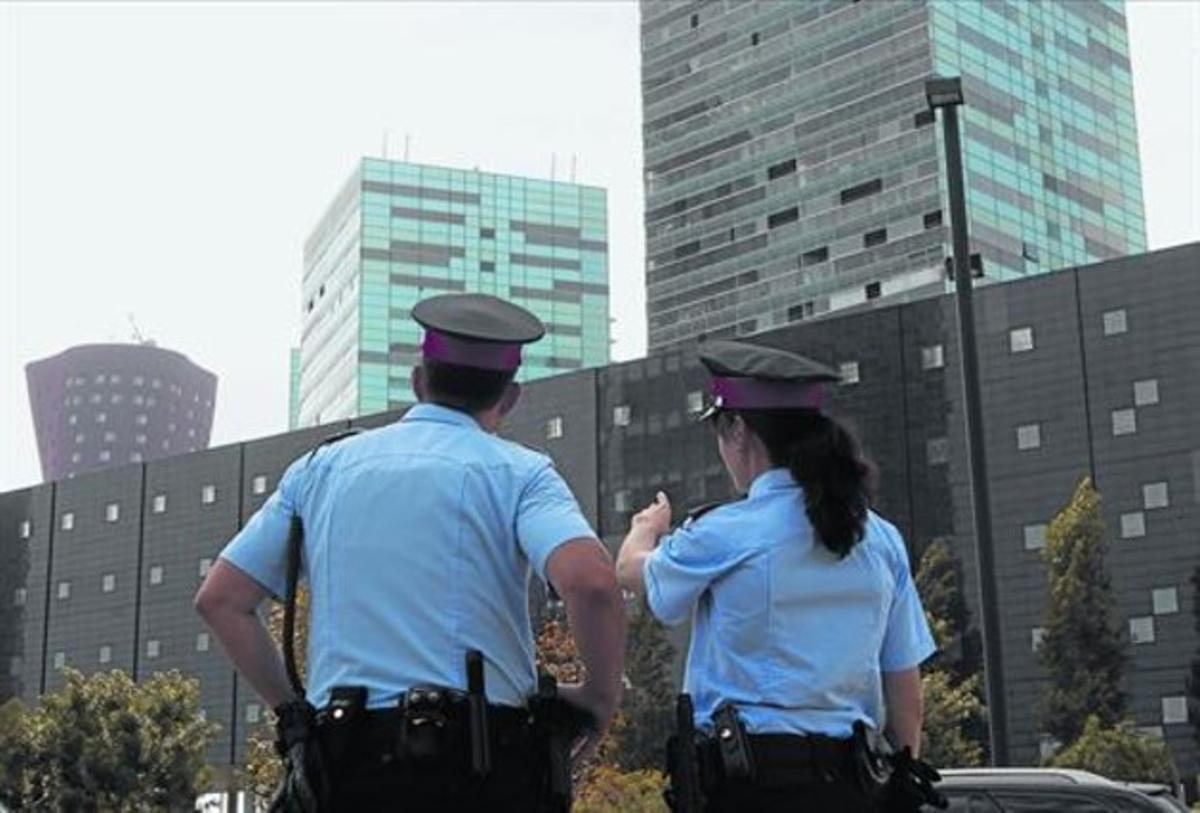 Dos agentes de los Mossos d'Esquadra patrullan en L'Hospitalet, el pasado octubre.