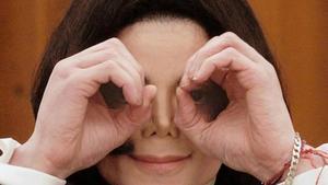 Michael Jackson bromea con el fotógrafo durante una comparecencia judicial en Santa Mónica, en el 2002.
