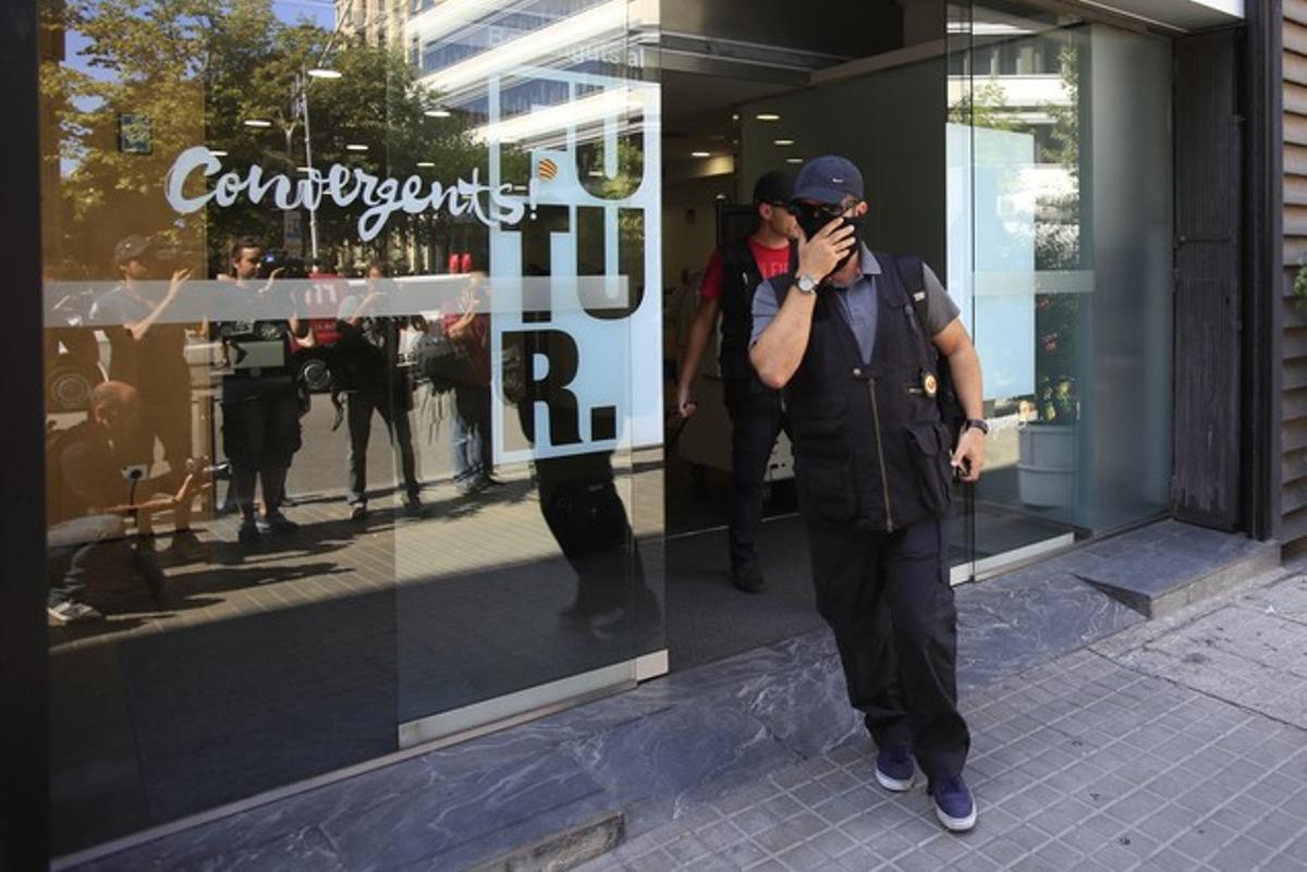 Un agente de la Guardia Civil a la salida de la sede de Convergencia en la calle Còrsega (Barcelona).
