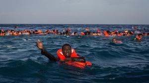 Refugiados e inmigrantes nadan y piden ayuda cerca de Lampedusa.