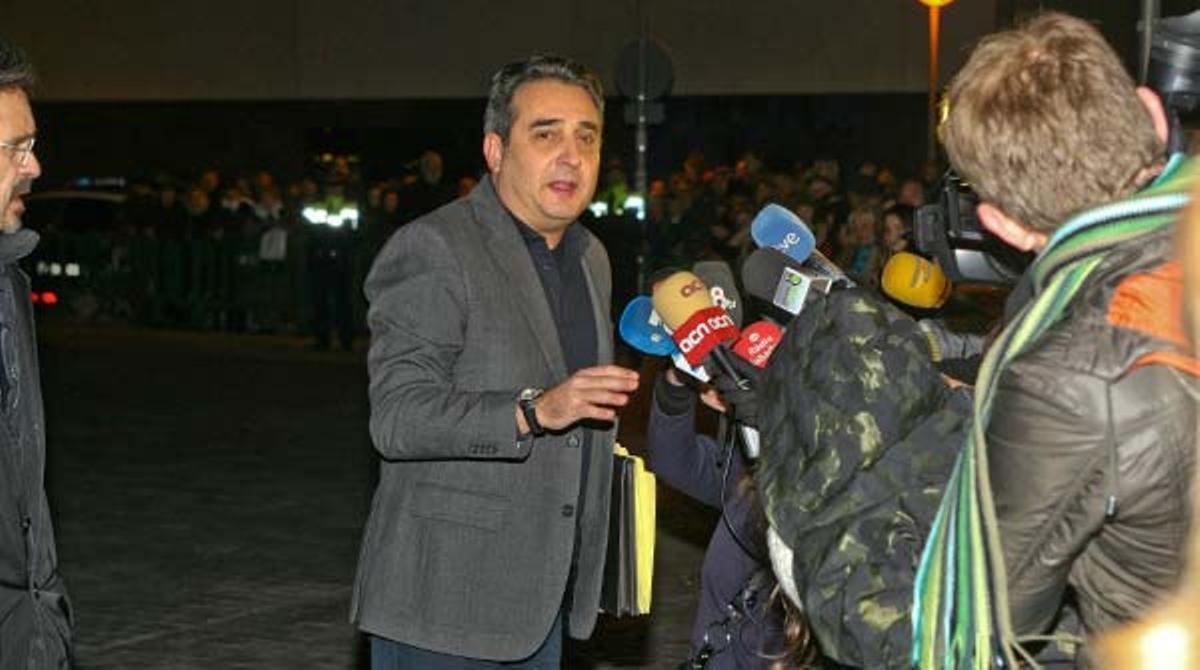 El alcalde de Sabadell, Manuel Bustos, se dirige a los medios a su llegada a los juzgados de Sabadell.