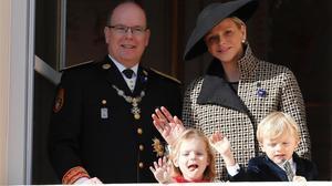 Albertode Monaco y su esposa la princesa Charlene posan junto a sus hijos, los mellizos Jaime y Grabriella durante la celebracion del Dia Nacional de Monaco en el Palacio del Principado.