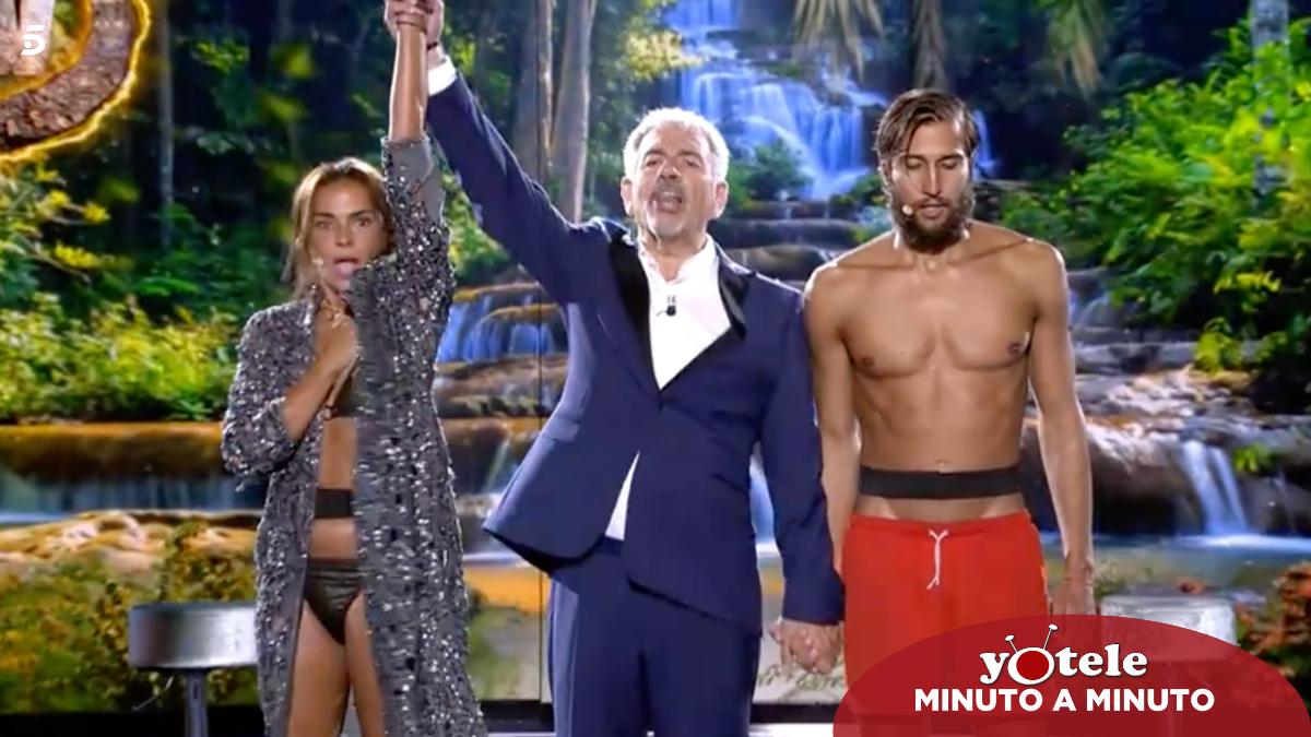 Carlos Sobera proclamando a Olga Moreno como ganadora de 'Supervivientes 2021'.
