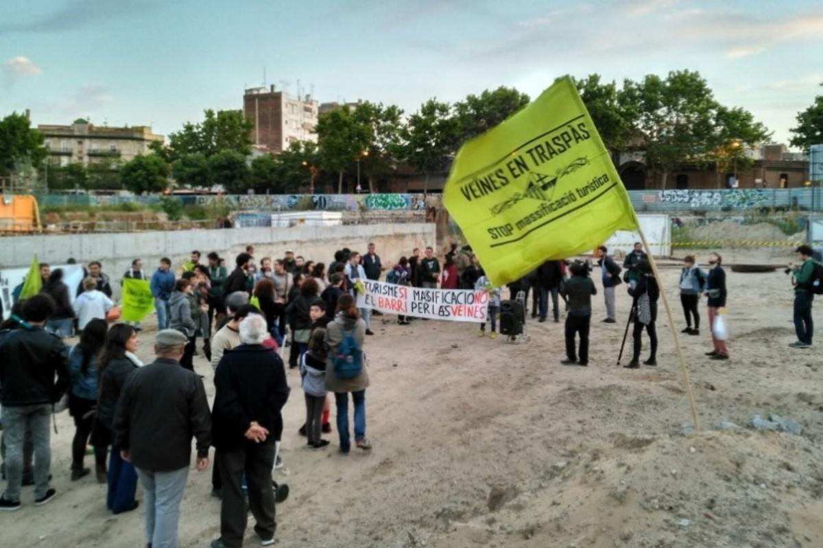 Vecinos ocupando el solar de un futuro hotel en Poblenou, este viernes.