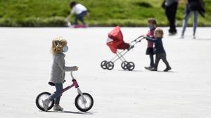 Varios niños juegan en el barrio de Sant Andreu de Barcelona, el pasado 26 de abril, primer día con permiso durante el estado de alarma.