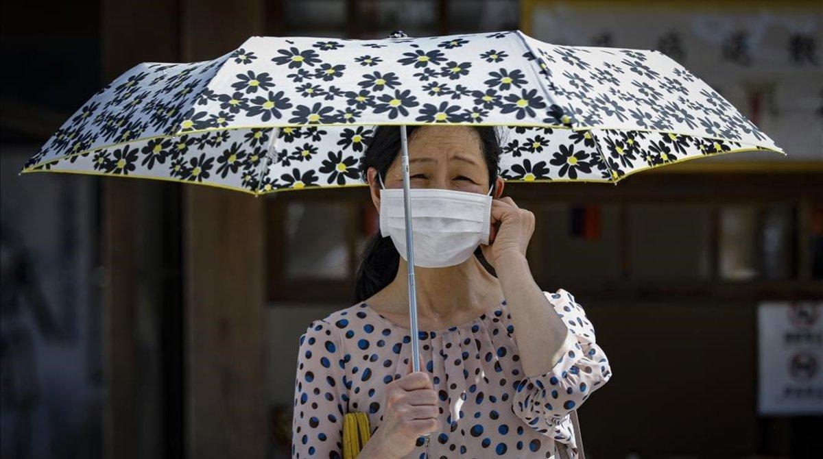 Una mujer con mascarilla en Kyoto, el pasado lunes.