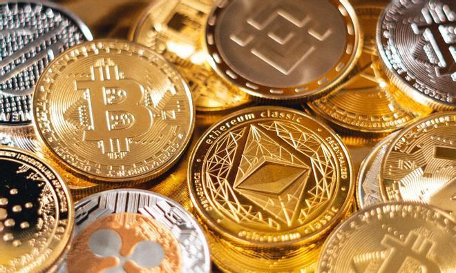 Representaciones de diversas divisas digitales.