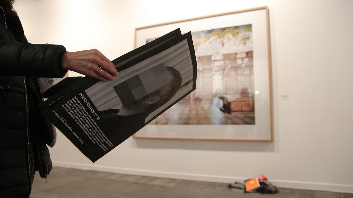 Un asistente repasa una publicación sobre la exposición retirada en ARCO.
