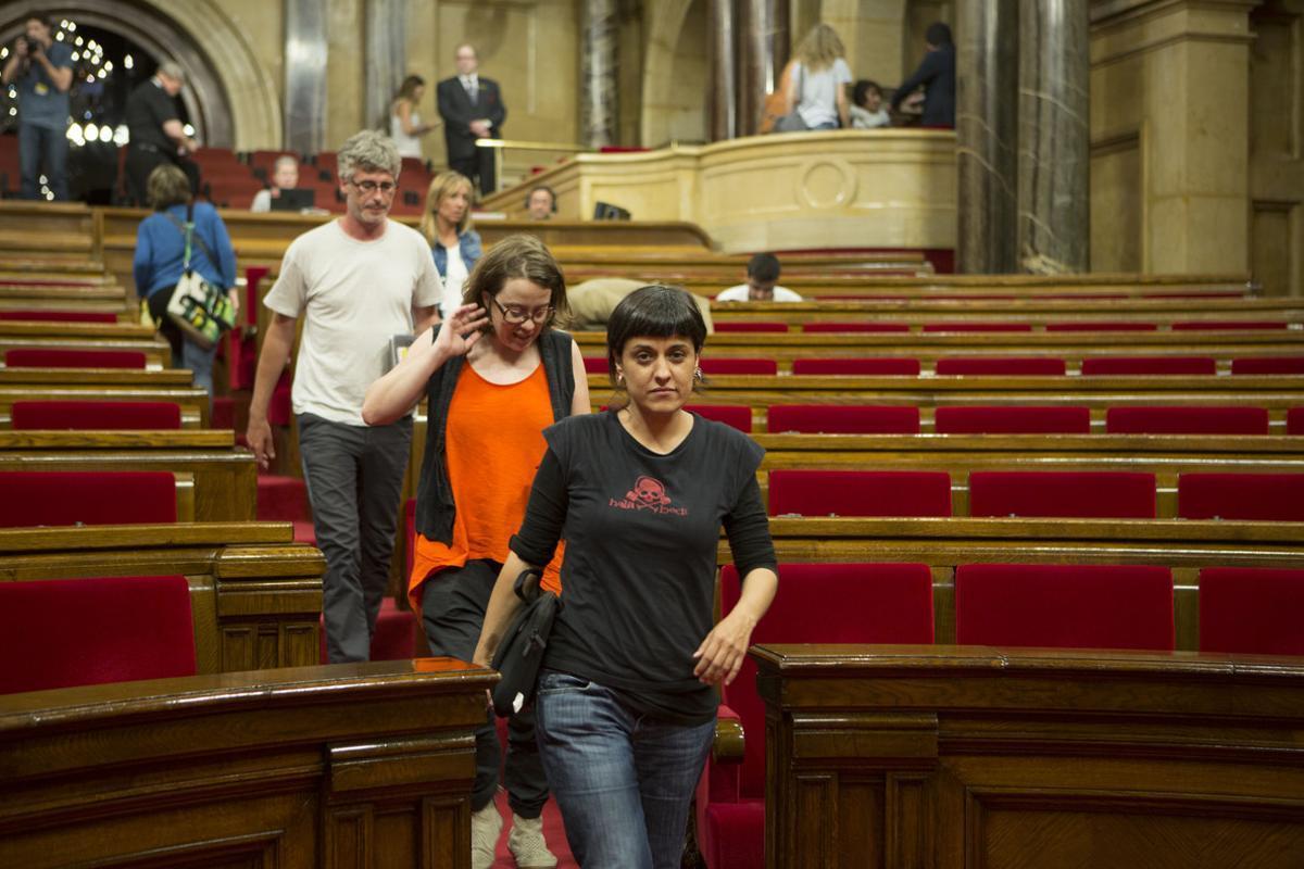 Diputados de la CUP, con Anna Gabriel al frente, abandonan el hemiciclo del Parlament tras rechazar los presupuestos.