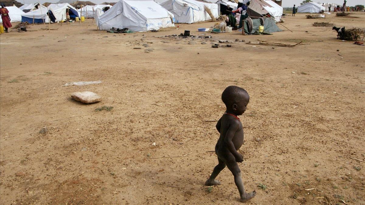 Un niño sudanés camina por un campo de refugiados al sur de Juba, en abril del 2006.