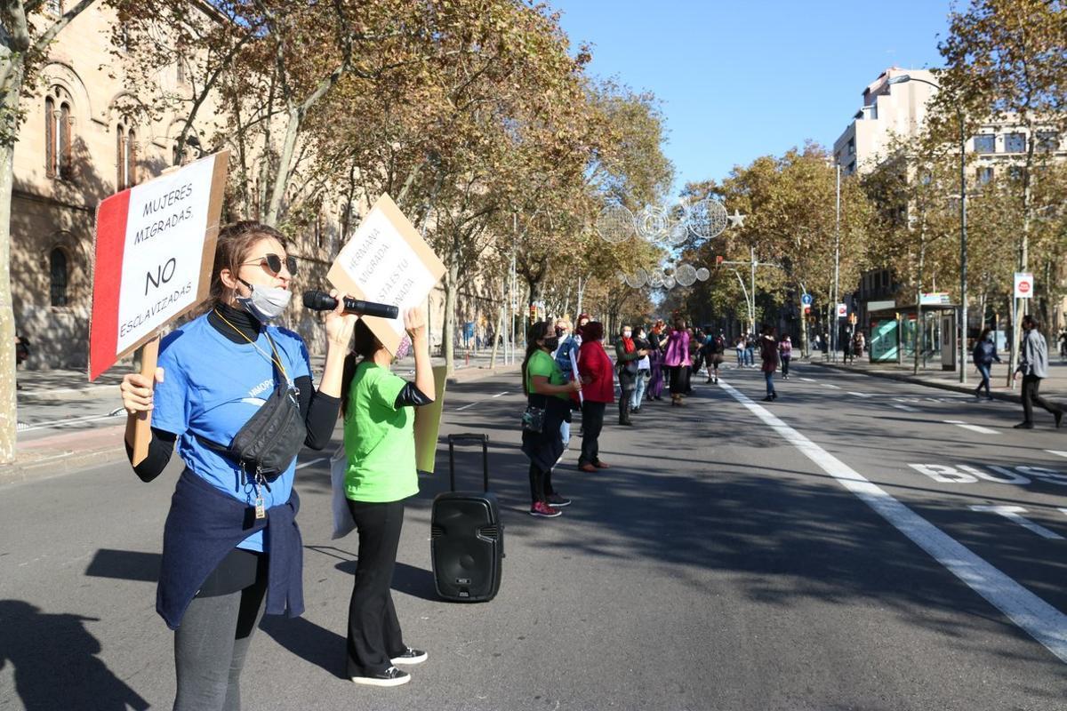 Una cadena feminista contra les violències masclistes recorre diversos punts de Barcelona
