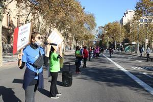 Varias mujeres, en la concentración feminista de Barcelona, a la altura de la plaza de la Universitat.