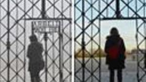 La porta del camp de concentració nazi de Dachau abans i després del robatori.