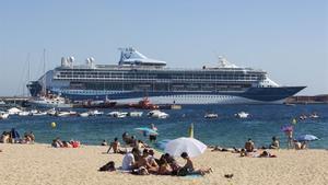 Un crucero británico en el puerto de Palamós, en junio del 2016.