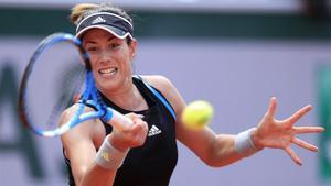 Garbiñe Muguruza devuelve un golpe a Elina Svitolina, en la tercera ronda de Roland Garros.